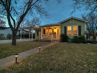 Burbank House - New charming home just blocks from Main Street, Fredericksburg
