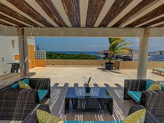 3BD  Tropical Penthouse Retreat Moments to the Ocean