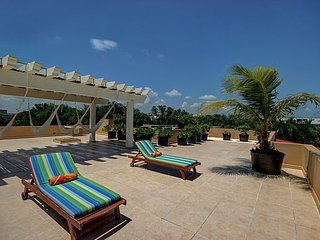 2BD Tropical Retreat Moments to the Ocean
