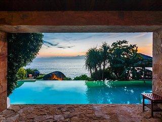 Stunning ocean-front balinese style villa in Kata, Kata Beach