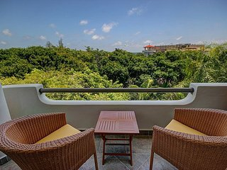2BD Tropical Penthouse Retreat Moments to the Ocean