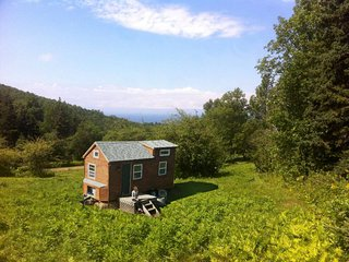 Tiny house with private sandy beach and waterfall close to Inverness beach /golf, Mabou