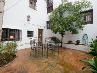 Granada house with garden - free parking/breakfast - daily clean - AC - WIFI