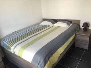 La chambre dispose d'une armoire coulissante et deux meubles à tiroirs
