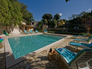 CAVE ROMANA  secluded comfy old stone holiday house with large pool.PULA