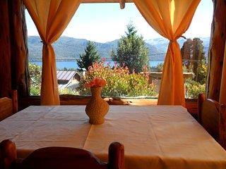 Alojamiento para 2 y 4 Pax, con hermosa vista al Lago Traful y las Montañas Nqn., Villa Traful