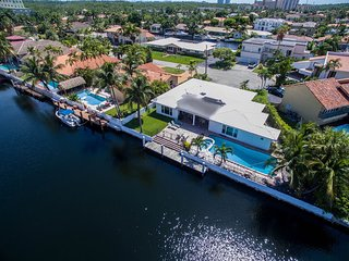 Villa Paula - 4 BR Waterfront Miami Home w/ 110 ft Waterway, North Miami Beach