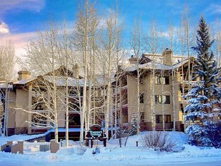 Mid Season/Spring Ski Sale! Walk to Mtn, Shuttle, Hot Tubs, Heated Pool, Fire Pi