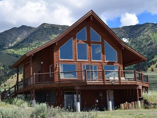 4000sqft 5 BR + loft 3 BA + Game room Log home only Minutes to Yellowstone Park