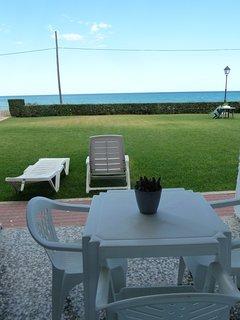 Vistas al mar y la terraza desde apartamento en planta baja