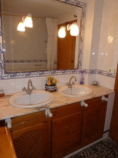 Baño con bañera en apartamento en planta baja