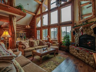 Gorgeous hand-built log home with mountain views, shared hot tub, & pool