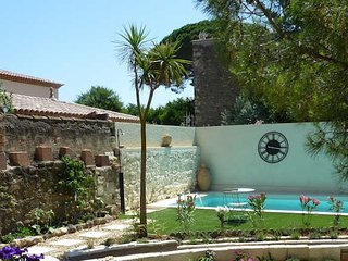 French holiday cottages for rent with pool, Montblanc, South France, sleeps 8