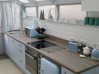 G/F Apartment (nr Castle & Stadium) 2 kitchens, parking & garden