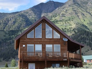 3000sqft 4 Bedroom 3BA with loft. Log home Minutes to Yellowstone Park