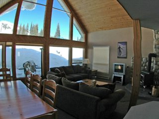 SkiMore - Authentic Ski Chalet - Wood-Burning Fireplace & Hot Tub - Pet Friendly