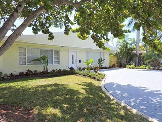 SPACIOUS 4/4.5, JUST 5 MINS.TO GREAT BEACH W LARGE HEATED JACUZZI/ SWIM SPA, Dania Beach