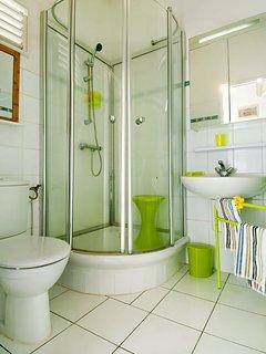 sale d'eau bien ventilée, douche, lavabo, WC.