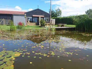 The Deben Chalet apartment, quiet, Wi-Fi, private patio, parking and pond views., Woodbridge