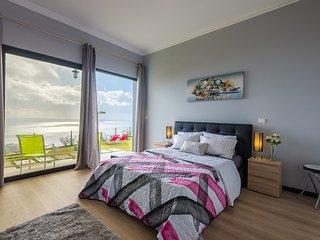 Spacious 1 bed apartment with fantastic 180 ° sea views and Arco da Calheta
