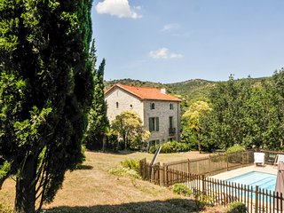 4-bedroom, 19th-Century house surrounded by a tree-shaded garden with a pool, 30 mins from sea, Cascastel-des-Corbières