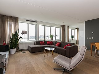 Lakeview apartment with big sunny balcony and private carparking, Diemen
