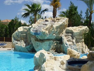 Spacious 2 bedroom/2 bathroom flat on well-kept complex with pool & jacuzzi, Oroklini