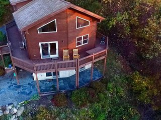 Enjoy Long Range Autumn Mtn Views, WiFi, & Pool Table From This Log Cabin!