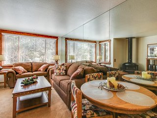Cozy ski-in/out condo w/ mountain views, shared pool & hot tub, on-site golf.