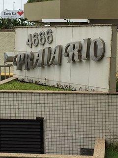 Edifício 'Praia Rio' na Avenida Lúcio Costa, na Praia da Barra.