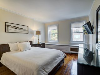 Midtown - 4 Bedroom 2 Bathroom Residence - 2,000 Square ft. Sleeps 8