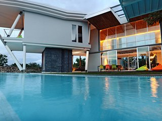 Stunning and ultra-modern 4BR Villa, 200 meters from Balangan Beach!