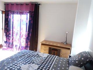 La chambre avec un bureau