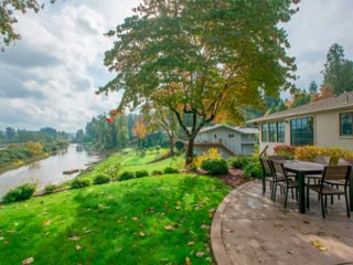 Private Willamette Riverfront Oasis, West Linn