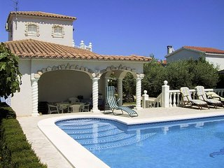 Gorgeous villa by the sea with pool, L'Ampolla