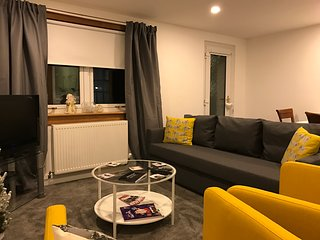 Stylish 2 bedroom apartment City Centre Retreat. Holyrood Park. Sleeps up to 6., Edimburgo