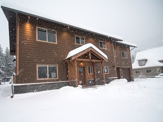 Big Bear Chalet, new luxury rental 1.5km to ski hill in quiet neighborhood