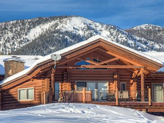 NEW LISTING, Cozy Log Cabin, Meadow Village, Hot Tub, Stunning Views, Clean!