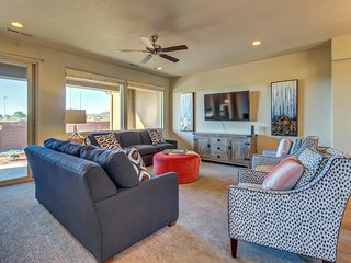 Mountain view townhome w/ private splash pad and a shared pool, hot tub & gym!