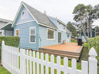 By the Sea- Steps Away From Roads End State Park, Close to Town, Charming Hm