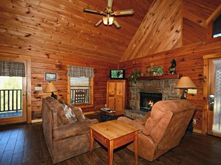 Cozy Cottage ~ Romantic Getaway! Private Jacuzzi, Cozy Fireplace!