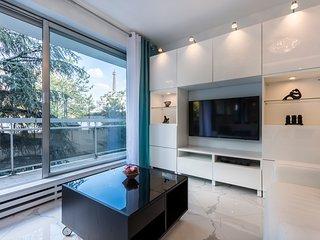 Appartement avec balcon et vue sur la tour Eiffel