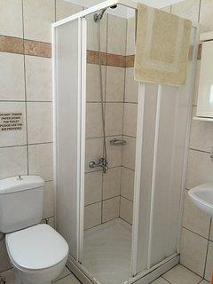 Bathroom - shower, toilet, wash basin, towel rails, bathroom cabinet er,