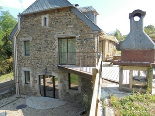 Rustic, 4-bedroom house in Castelnau-de-Mandailles with a furnished garden – sleeps 10!