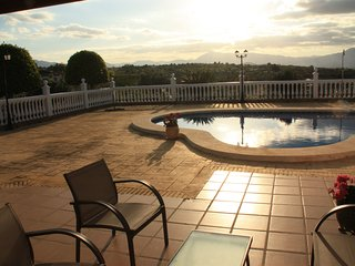 Beautiful 4-bedroom house Alhaurín de la Torre with WiFi and a private pool – 20km from Malaga!