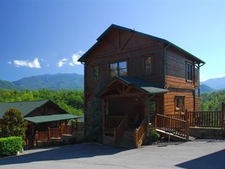 Amazing Mt. Leconte View! 5 Min. to Gatlinburg, Pool, Game Room, TV'S on Deck!