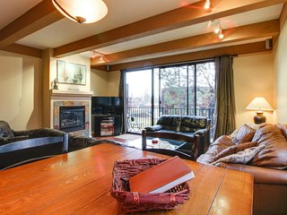 Updated lakefront townhome w/ shared pools & hot tub - boat slips just outside!