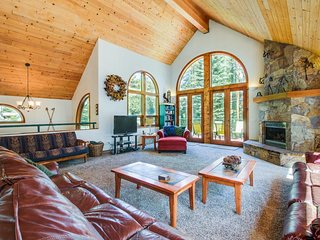 Gorgeous lakefront escape with fireplace, close to skiing
