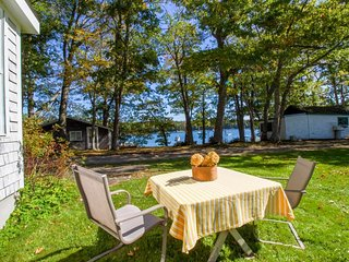 Charming bayview cottage with a deck & garden - 200 feet from the water!, Harpswell