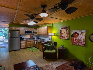 Full Size STUDIO In Small Space, Full Kitchen, LOOK AT IT, Kailua-Kona